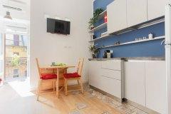 Boiardo_cucina-blu-tavolo-balcone-