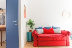Boiardo_divano-rosso-porta-blu