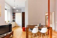 interior design cucina e tavolo di legno