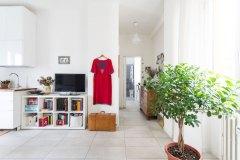interior design tavolo bianco con cucina e piante